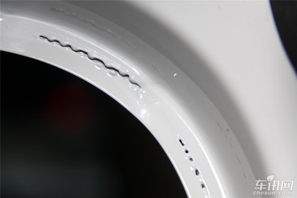 Un défaut de soudure laser de Volkswagen Tiguan, constaté par Chexun (un média auto expert en démontage)