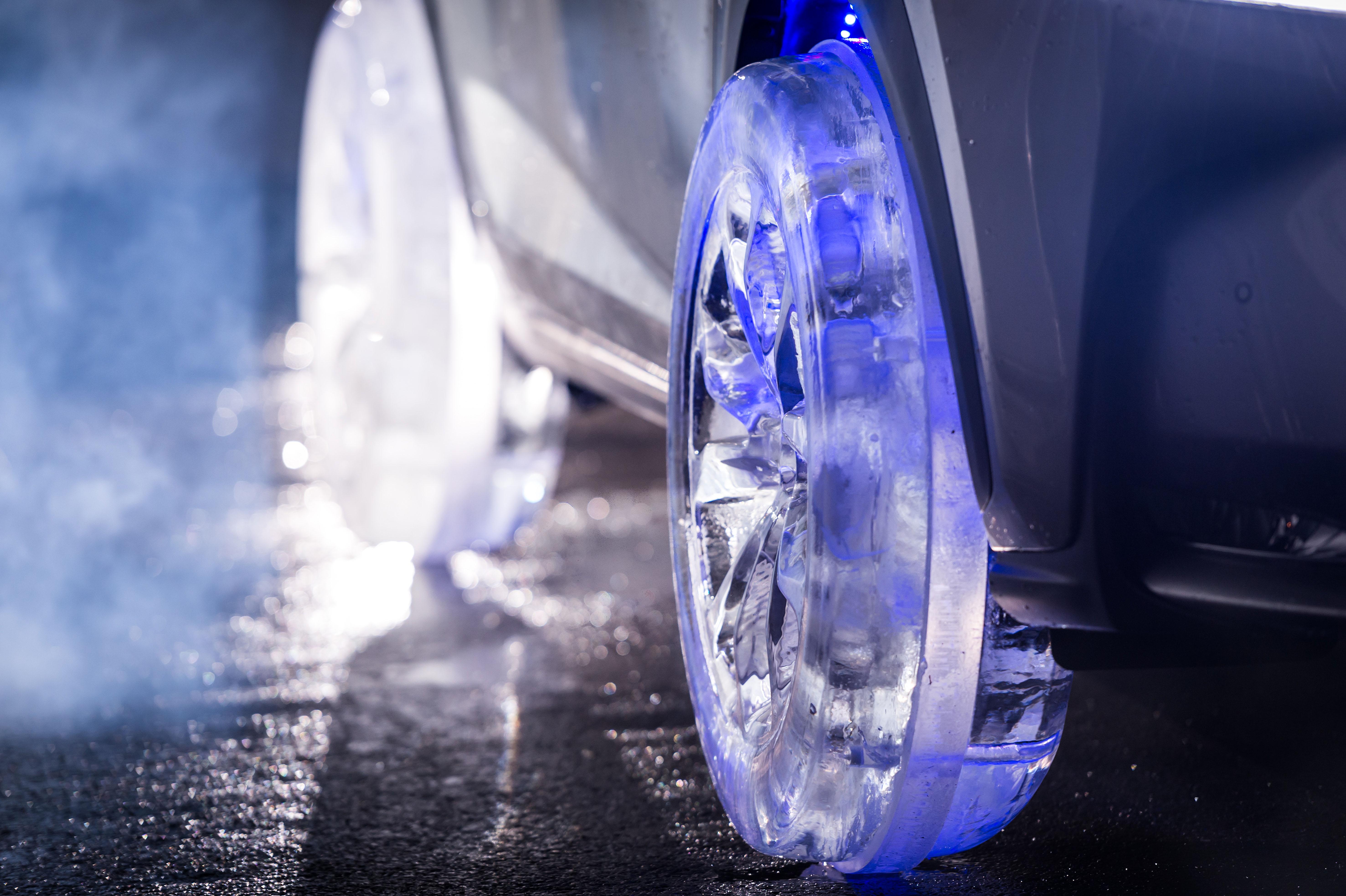 Lexus NX roule avec des roues en glace pour fêter Noël!