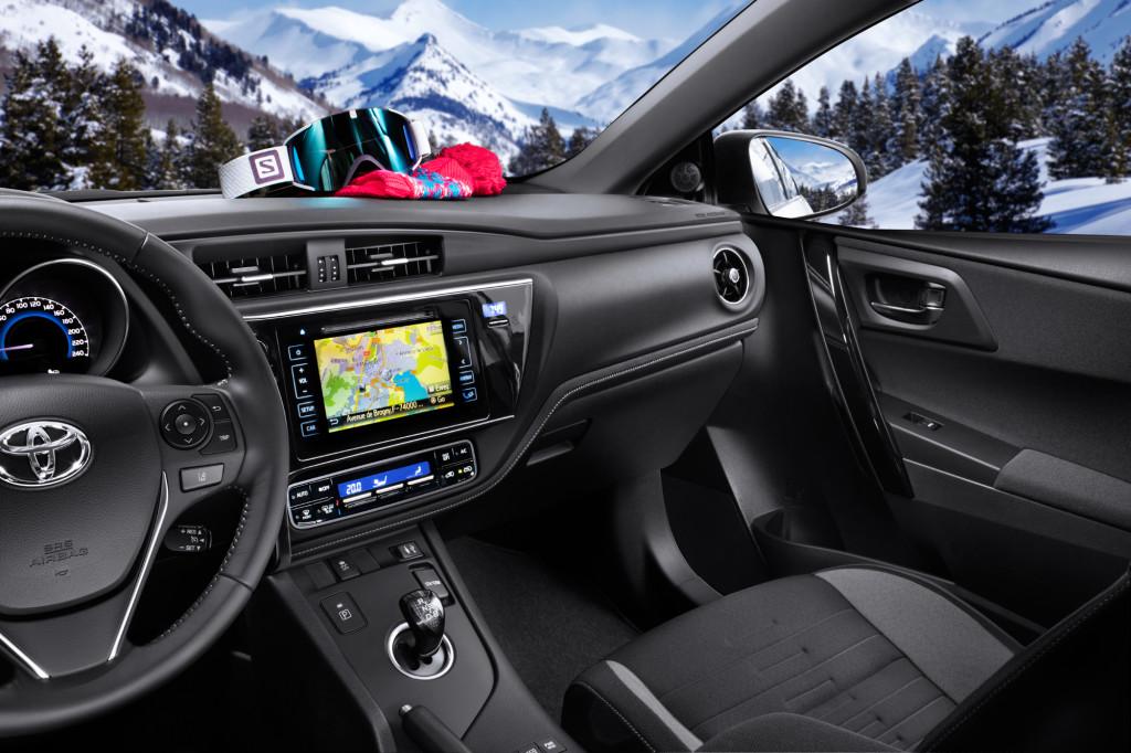 Toyota_Auris_Touring_Sport_Salomon_2015_intérieur