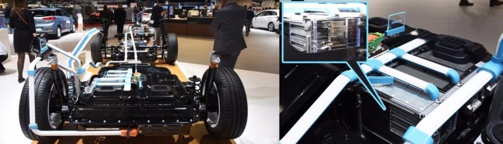 Sur la version électrique, la batterie 28 kWh se loge entre les 2 roues arrières: comme si elle fait la même taille que la batterie 8,8 kWh de Prius Prim!