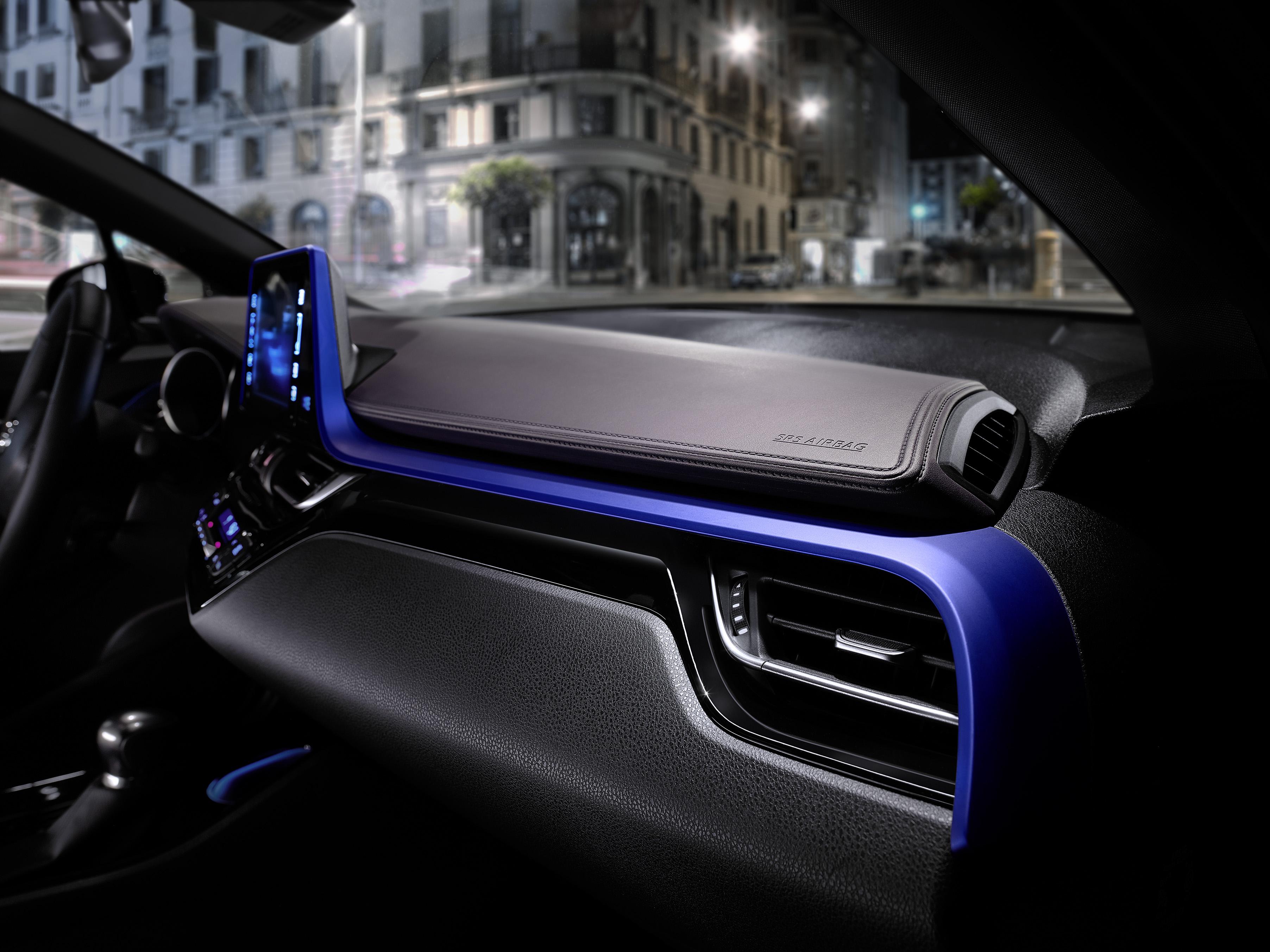 Toyota C-HR intérieur détail bleu